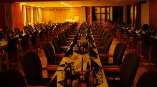 2 Gedeckter Tisch